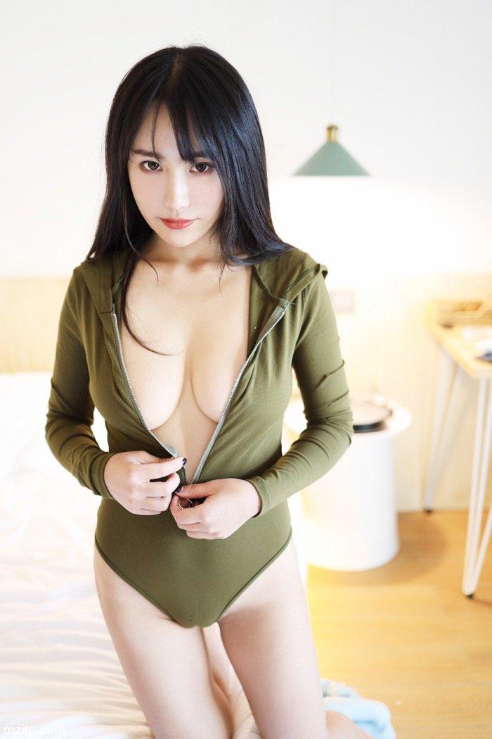 模特陈茜妮身材无可挑剔,床上写真露出雪白大酥胸