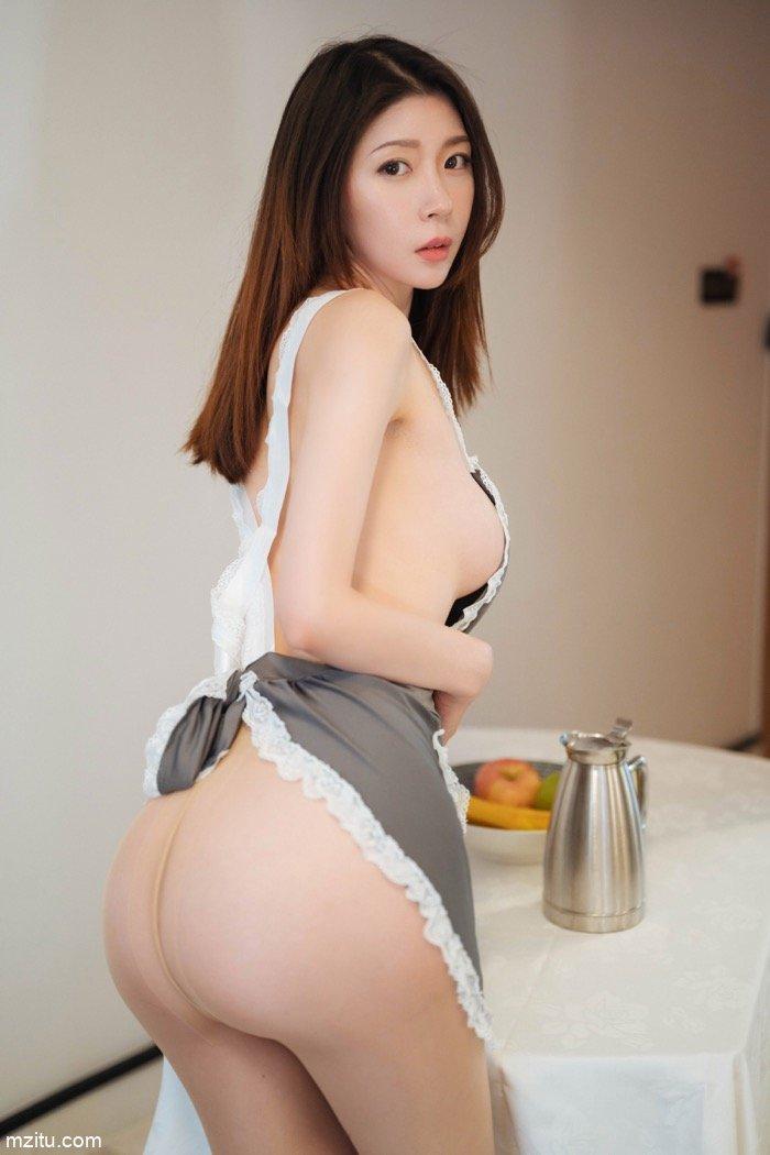 扮女仆吃香蕉,推女郎梦心月衣衫不整挑逗主人