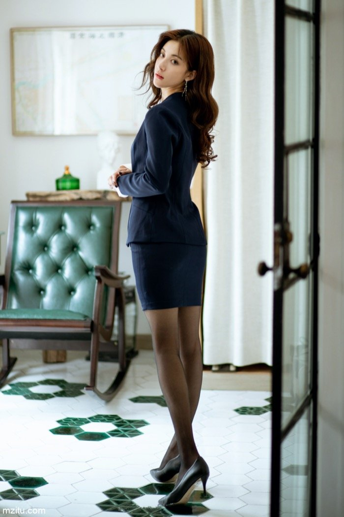 老板也顶不住!气质秘书林文文美腿黑丝超短裙诱惑
