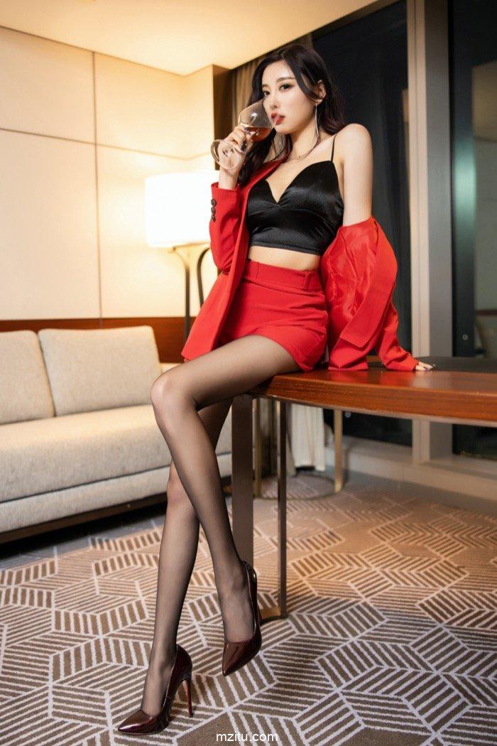 性感御姐杨晨晨红色诱惑露深沟 豪放开腿万般风骚