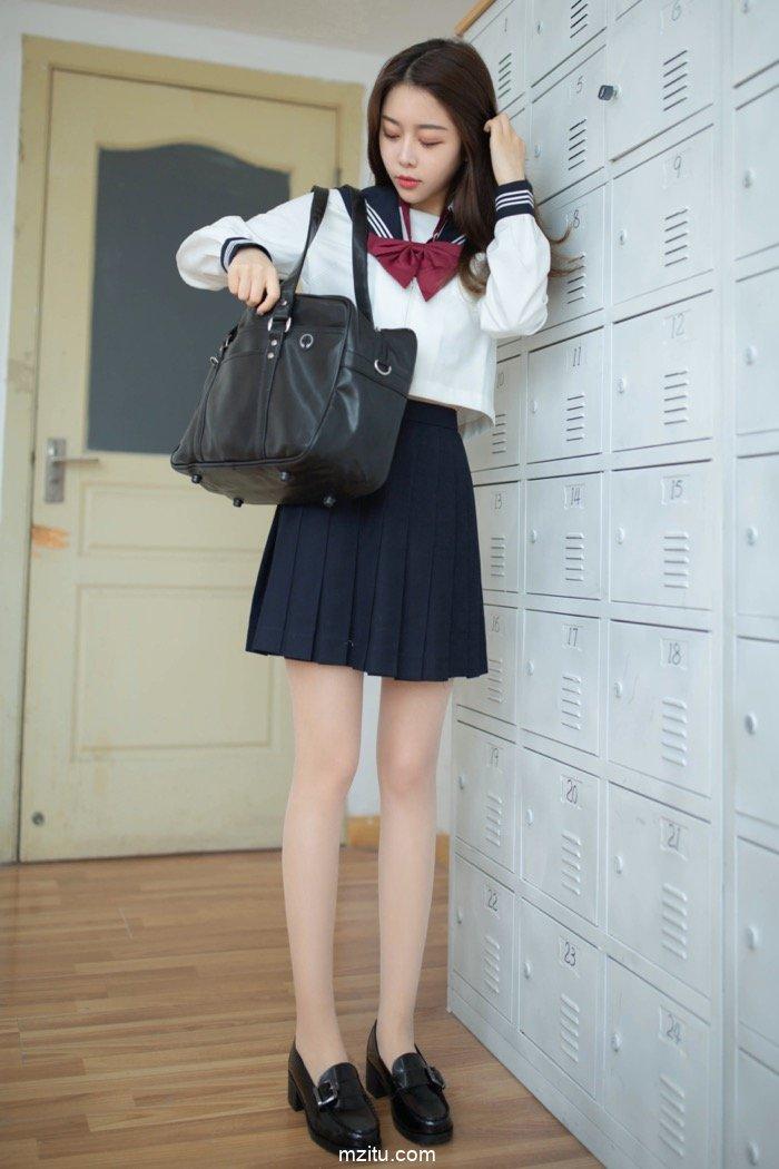 气质美女夏诗雯JK制服回归校园 教室脱衣大秀裙下风光