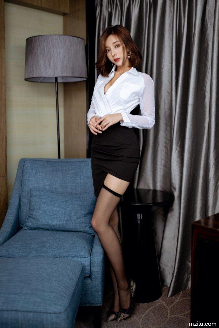 寂寞少妇陈小喵在房间换衣服,身材丰满简直极品