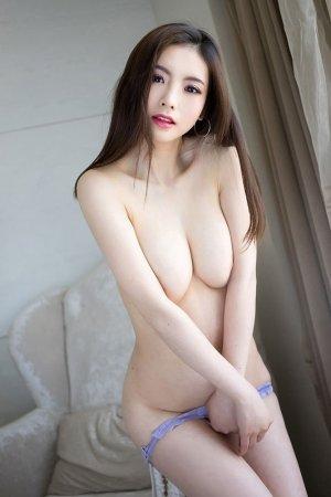 短发美女佳妮已长发及腰 不变的是白皙皮肤与傲人酥胸
